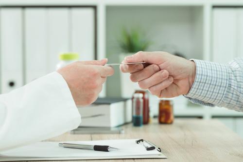 Em quais casos um plano de saúde pode ser cancelado após uma demissão?